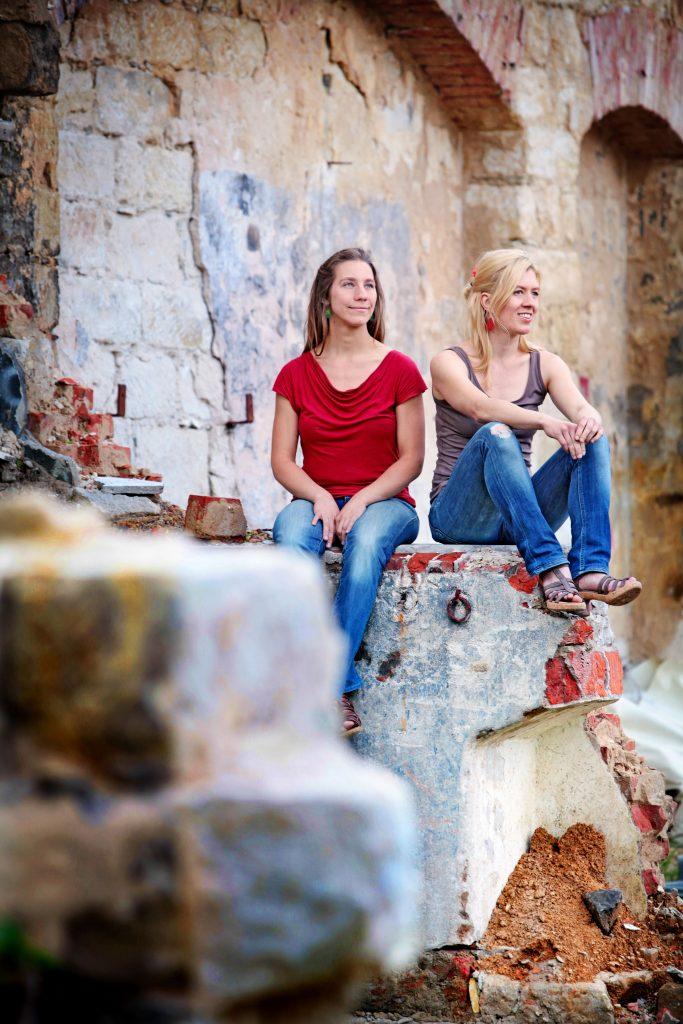 """Musikduo """"Hand in Hand"""" Beate Wein (links) und Annett Lipske auf einer alten Mauer in der Dresdner Neustadt im Juni 2013."""